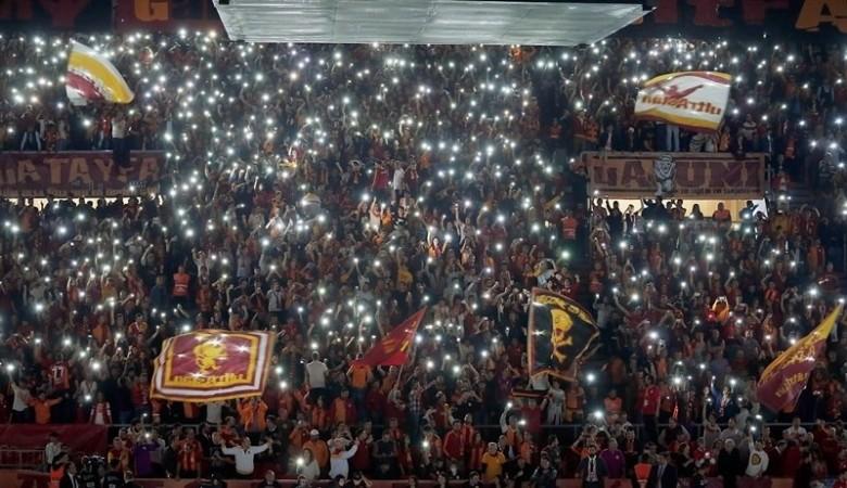 fans-galatasaray-liv-hospital-istanbul-eb14