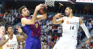 oriola y ayon disputan un balon en la final real madrid fc barcelona